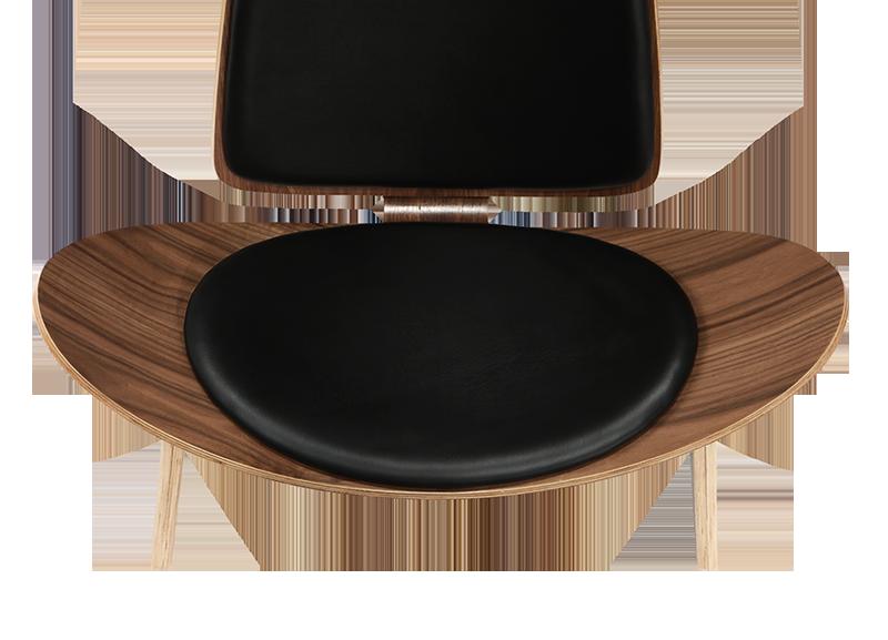 Wegner Shell Chair Walnoot – Zwart Leer